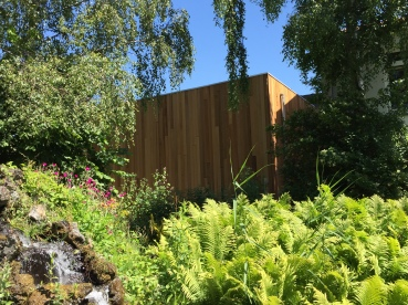 Poppodium De Bakkerij, het hout geeft een warme uitstraling naar de tuinen